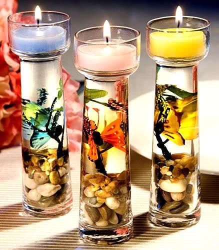 Drei Kerzen auf Schmetterlingsgläsern