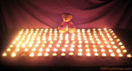Teddybär im Kerzenmeer