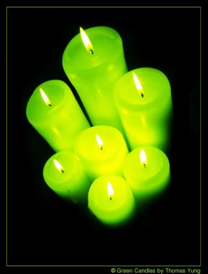 Sieben neongrüne Kerzen