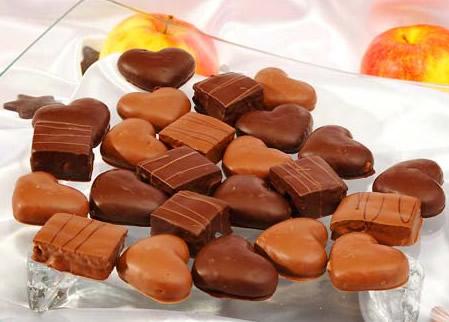 Herz- und würfelförmige Weihnachtsschokolade