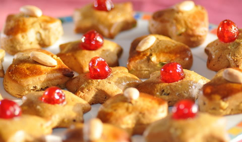 Mit Früchten und Nüssen verziertes Weihnachtsgebäck