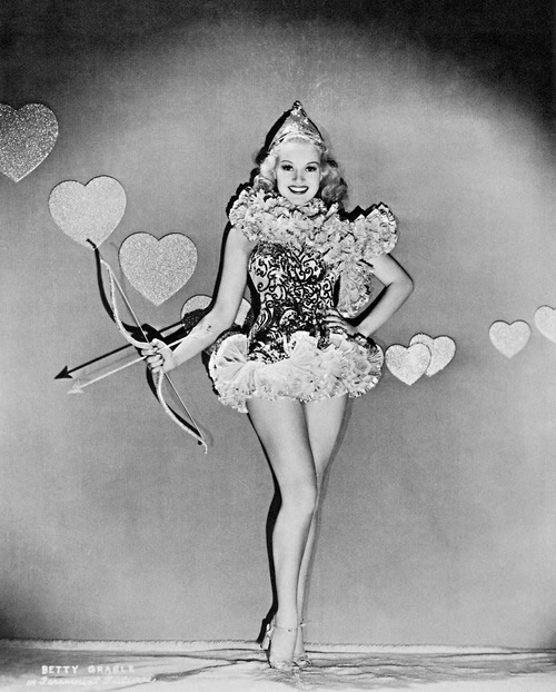 Frau in Amor-Kostüm in Schwarz-Weiß