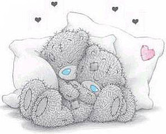 Zwei im Schlaf schmusende Teddybären