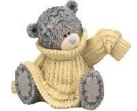 Süßer Teddybär in Strickpullover eingehüllt