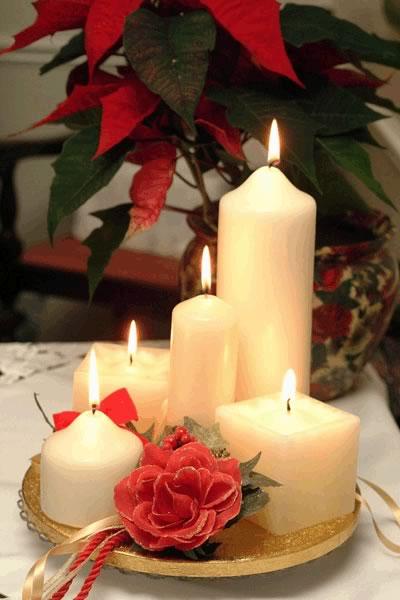 Kerzen auf dem Tisch für...