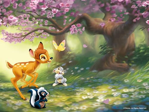 Bambi spielt im Wald mit seinen Freunden