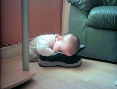 Baby untersucht die Schuhe...