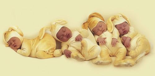 Vier schlafende Babys in...