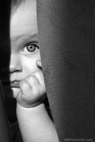 Baby blickt hinter dem Vorhang...