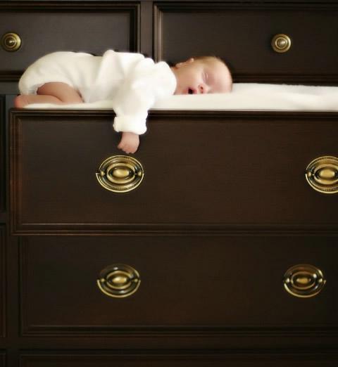Baby pennt in der Schublade