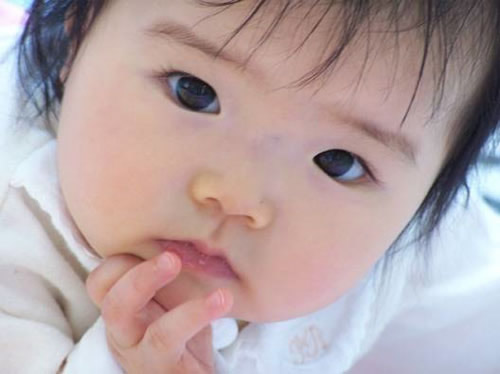 Neugierig dreinblickendes Baby