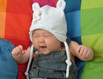 Baby mit lustiger Mütze...