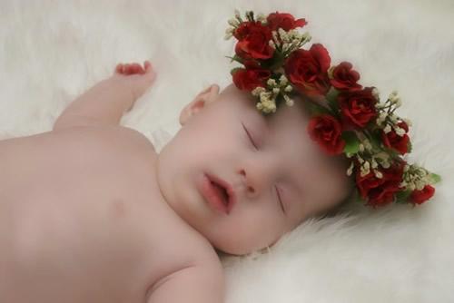 Baby mit Rosenkranz zieht beim...