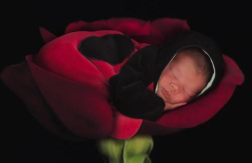 Baby mit schwarzem Hoodie in...