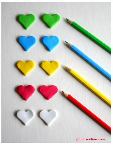 Bunte Herzpaare und Buntstifte