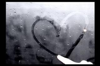 Herz an beschlagenem Fenster