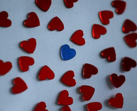 Blaues Herz allein unter roten...