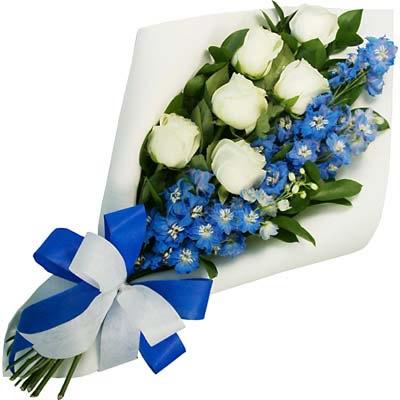 Weiß-Blauer Blumenstrauß