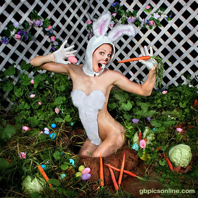 Frau posiert als Hase verkleidet im...