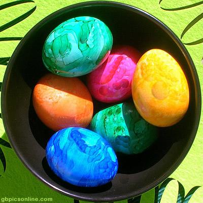 Sechs farbige Eier in einem...