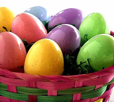 Polierte Eier in einem rosa...