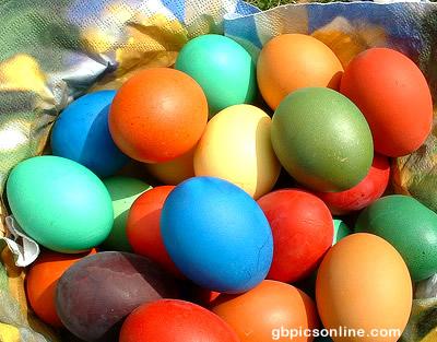 Viele gefärbte Ostereier