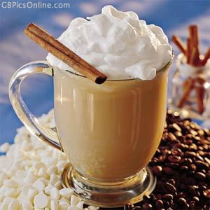 Leckerer Kaffee steht auf Kaffeebohnen