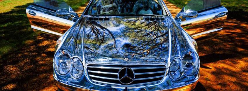 Mercedes mit spiegelnder Motorhaube