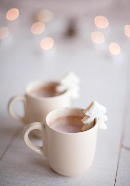Heiße Schokolade mit weihnachtlicher Deko